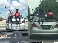 Cảnh tượng khiến người đi đường run rẩy: Tài xế cho con nhỏ đu bám trên nóc xe, lao vun vút trên đường và cái kết 'đáng đời'