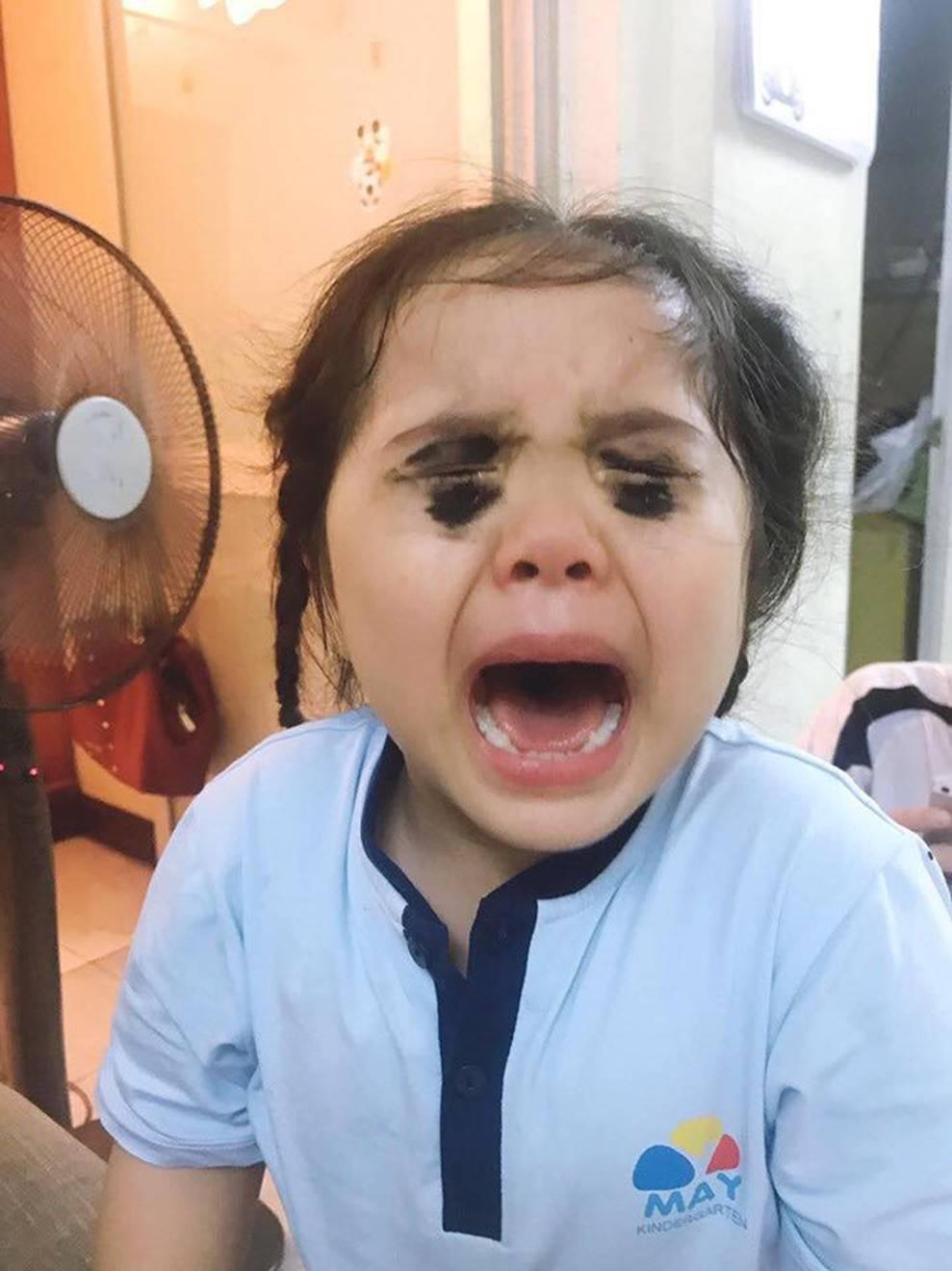Bé gái xem điện thoại nhiều bị mẹ tô mắt đen sì để dọa, khóc nức nở khiến dân mạng vừa thương vừa cười vỡ bụng-2