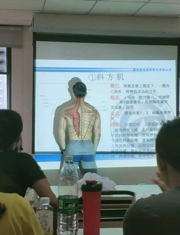 Thầy giáo dạy Sinh có tâm nhất hệ mặt trời: Bán nude, lấy body cuồn cuộn sơ bắp để minh họa cho học trò dễ hiểu bài-1