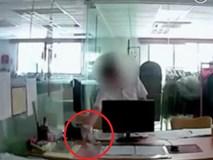Phát hiện trà có mùi vị lạ, người đàn ông lén lắp camera quan sát và phát hiện ra hành vi ác độc của đồng nghiệp