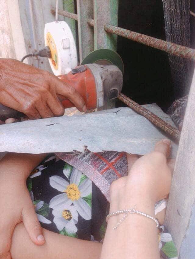 Chơi dại chui đầu qua song sắt, cô bé khiến người lớn phải dùng biện pháp mạnh để cứu-4