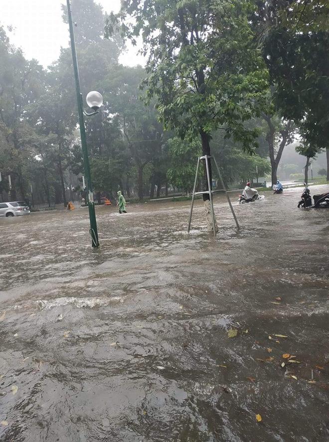 Nhiều tuyến phố Hà Nội ngập lụt, hàng loạt xe chết máy sau trận mưa lớn trưa nay-4