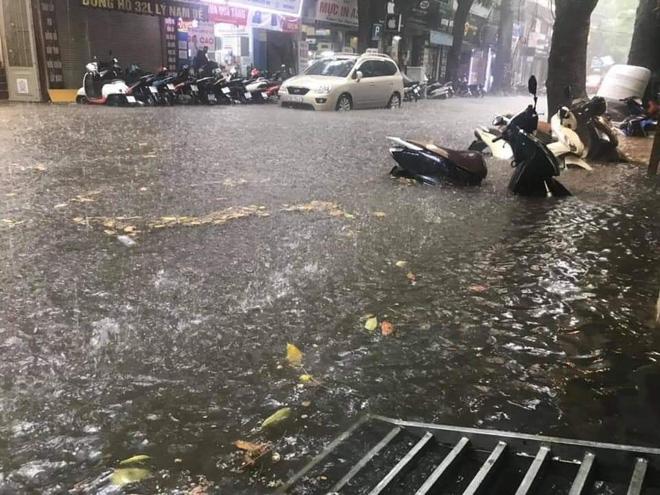 Nhiều tuyến phố Hà Nội ngập lụt, hàng loạt xe chết máy sau trận mưa lớn trưa nay-2