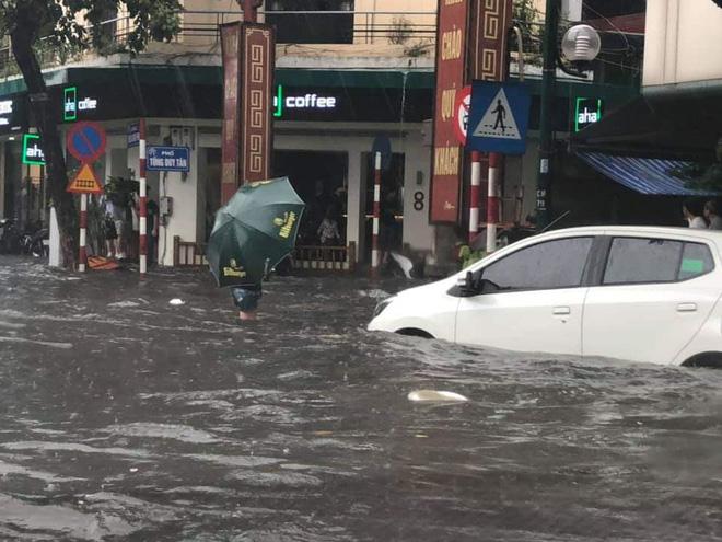 Nhiều tuyến phố Hà Nội ngập lụt, hàng loạt xe chết máy sau trận mưa lớn trưa nay-3