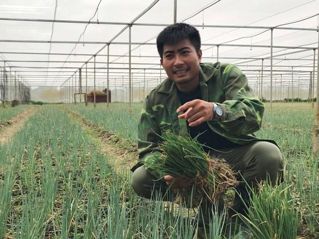 """Lãng tử 9X xứ Thanh bỏ lương khủng"""" về làng trồng...hành-1"""