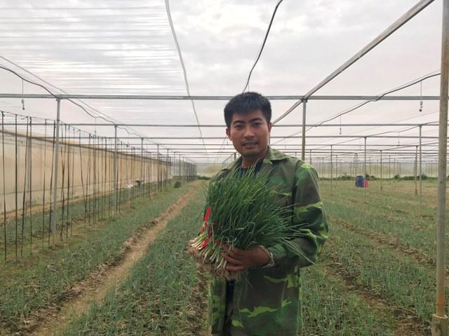 """Lãng tử 9X xứ Thanh bỏ lương khủng"""" về làng trồng...hành-3"""
