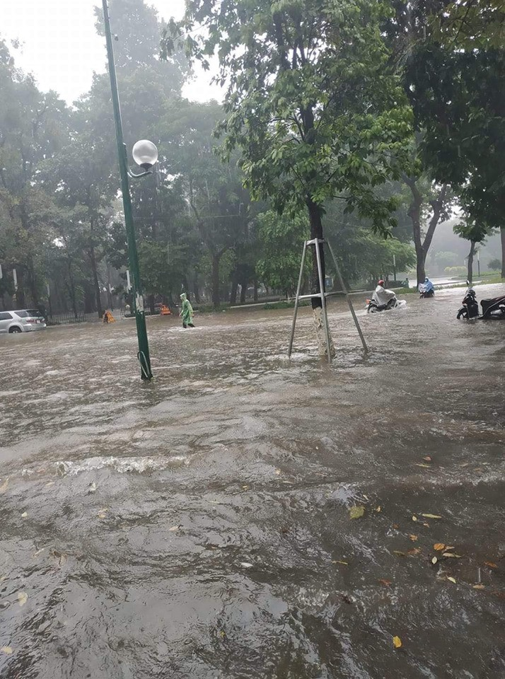 Nhiều tuyến phố Hà Nội ngập lụt, hàng loạt xe chết máy sau trận mưa lớn trưa nay-5