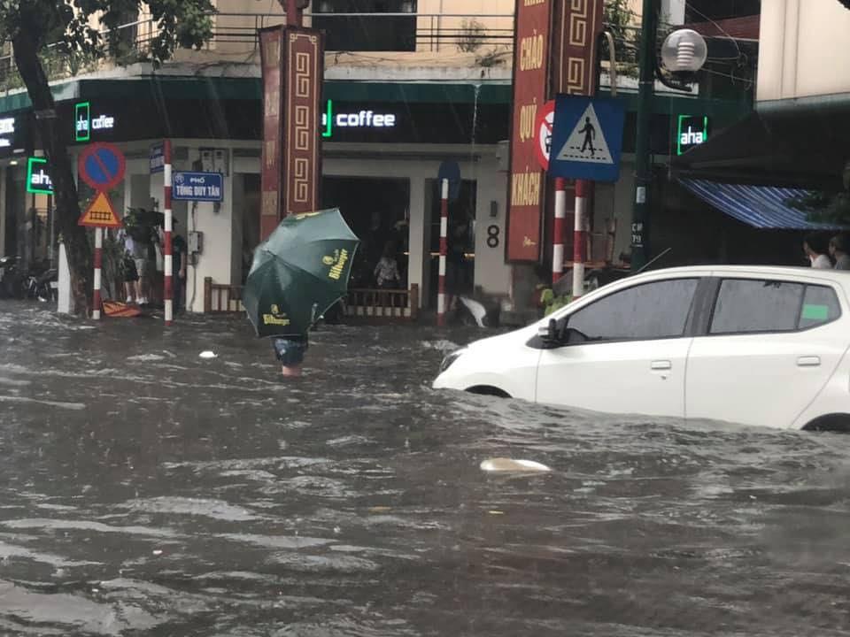 Nhiều tuyến phố Hà Nội ngập lụt, hàng loạt xe chết máy sau trận mưa lớn trưa nay-6