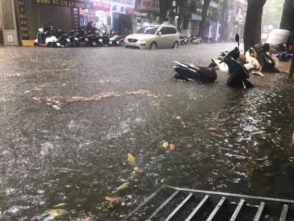 Nhiều tuyến phố Hà Nội ngập lụt, hàng loạt xe chết máy sau trận mưa lớn trưa nay-7