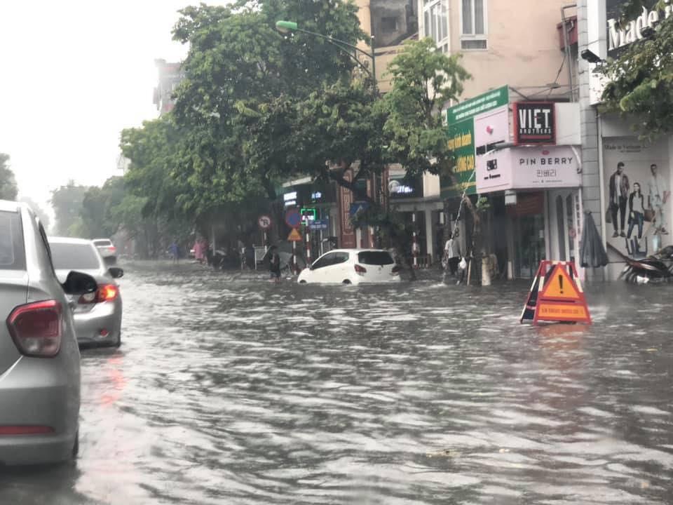 Nhiều tuyến phố Hà Nội ngập lụt, hàng loạt xe chết máy sau trận mưa lớn trưa nay-8