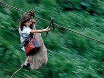 Trẻ đu dây cáp với tốc độ 90 km/h, vượt thung lũng đến trường