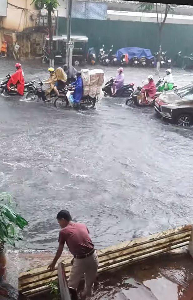 Nhiều tuyến phố Hà Nội ngập lụt, hàng loạt xe chết máy sau trận mưa lớn trưa nay-9
