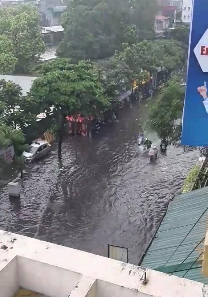 Nhiều tuyến phố Hà Nội ngập lụt, hàng loạt xe chết máy sau trận mưa lớn trưa nay-10