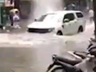 Xe bán tải phóng nhanh dưới đường ngập nước gây tranh cãi