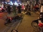 Clip: Cô gái bị 2 đối tượng giật túi xách kéo hất văng xuống đất ở con hẻm Sài Gòn khiến nhiều người sợ hãi - ảnh 2