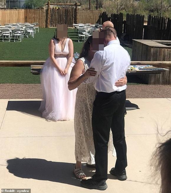 Đến dự lễ cưới con trai, mẹ chồng diện luôn váy trắng chặt chém cô dâu, làm hành động phản cảm khiến dân mạng nổi nóng-1