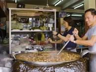 Hầm đi hầm lại nồi nước dùng 45 năm đến đặc quánh, nhà hàng này vẫn tấp nập khách ăn