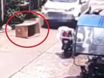 Trốn trong thùng carton giữa đường, bé 5 tuổi bị ôtô chèn qua