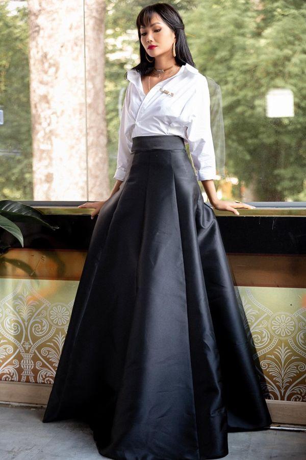 Diện sơ mi và chân váy đen siêu to khổng lồ giống Lý Nhã Kỳ, HHen Niê kém 10 tuổi mà nhìn còn già hơn cả đàn chị-4