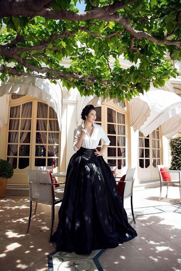 Diện sơ mi và chân váy đen siêu to khổng lồ giống Lý Nhã Kỳ, HHen Niê kém 10 tuổi mà nhìn còn già hơn cả đàn chị-6
