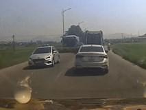 Vượt ẩu, ôtô bị xe bus đâm giữa đường ở Hà Nội