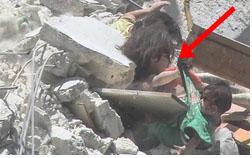 Bức ảnh gây chấn động thế giới: Bé gái 5 tuổi Syria mất mạng khi cố cứu em trong ngôi nhà sập vì trúng tên lửa-1