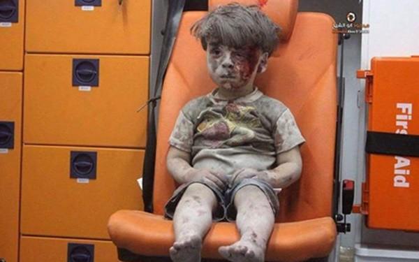 Bức ảnh gây chấn động thế giới: Bé gái 5 tuổi Syria mất mạng khi cố cứu em trong ngôi nhà sập vì trúng tên lửa-5