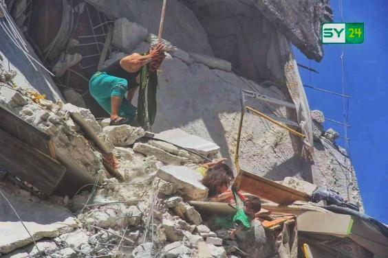 Bức ảnh gây chấn động thế giới: Bé gái 5 tuổi Syria mất mạng khi cố cứu em trong ngôi nhà sập vì trúng tên lửa-2