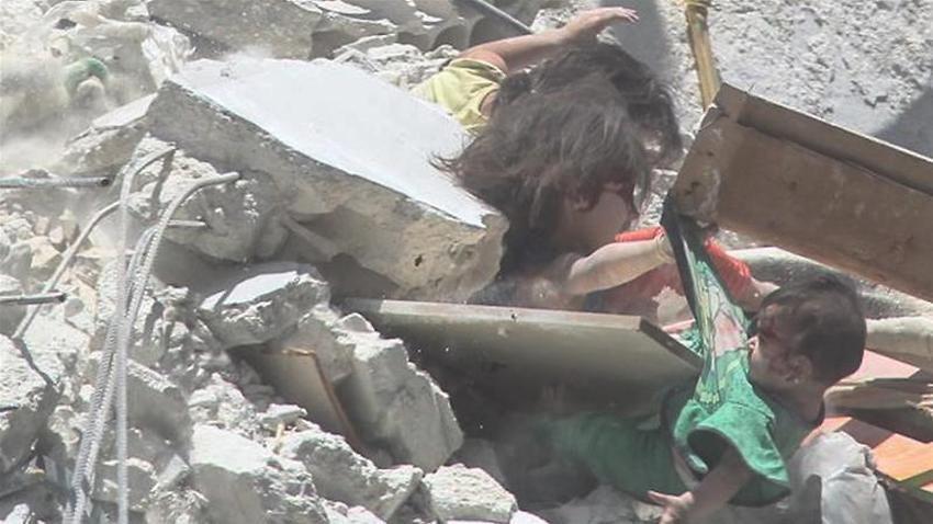 Bức ảnh gây chấn động thế giới: Bé gái 5 tuổi Syria mất mạng khi cố cứu em trong ngôi nhà sập vì trúng tên lửa-3