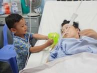Xót cảnh bé trai 3 tuổi vào viện cùng cha chăm mẹ nguy kịch khi sinh em út