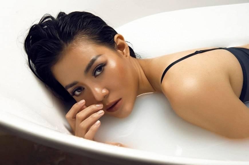 Diễn viên Thanh Hương phô trọn làn da nâu, ngực đầy trong bồn tắm-1