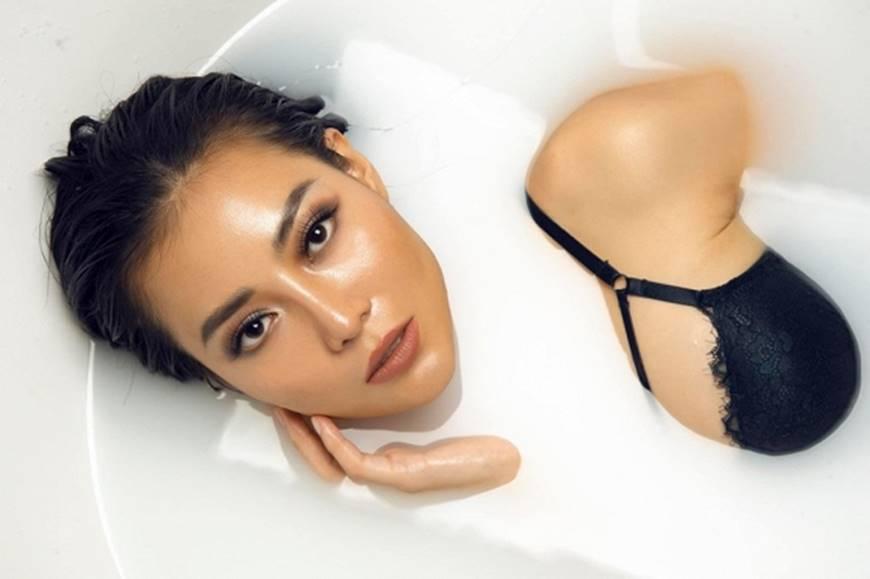 Diễn viên Thanh Hương phô trọn làn da nâu, ngực đầy trong bồn tắm-11