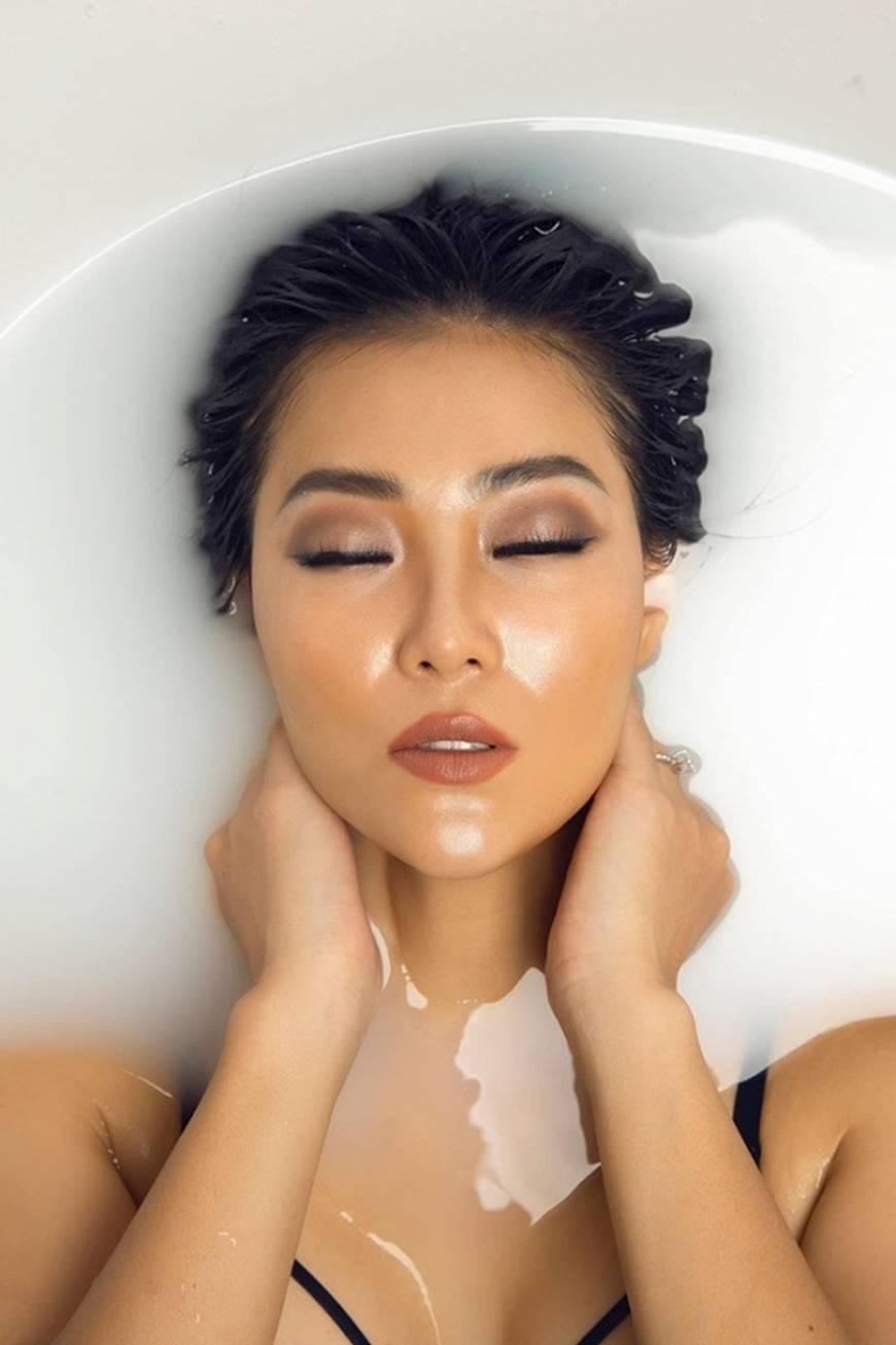 Diễn viên Thanh Hương phô trọn làn da nâu, ngực đầy trong bồn tắm-3