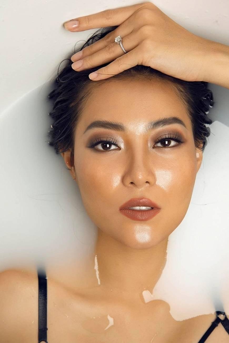 Diễn viên Thanh Hương phô trọn làn da nâu, ngực đầy trong bồn tắm-6