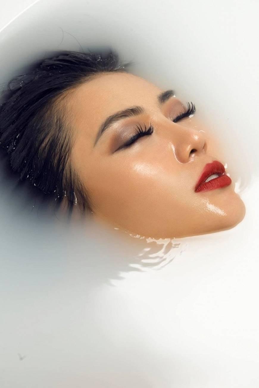 Diễn viên Thanh Hương phô trọn làn da nâu, ngực đầy trong bồn tắm-9