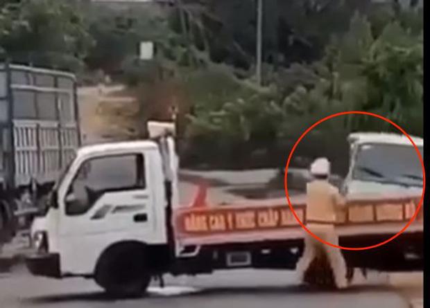 Bị truy đuổi, tài xế xe khách liều mạng tông thẳng vào xe CSGT chặn đường, hất bay chiến sĩ hàng chục mét-2