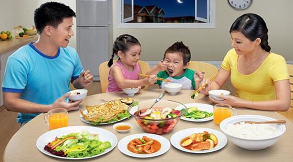 4 thói quen kinh điển 99% bà mẹ mắc phải khi cho con ăn cơm khiến bé mắc bệnh dạ dày hại sức khỏe-1