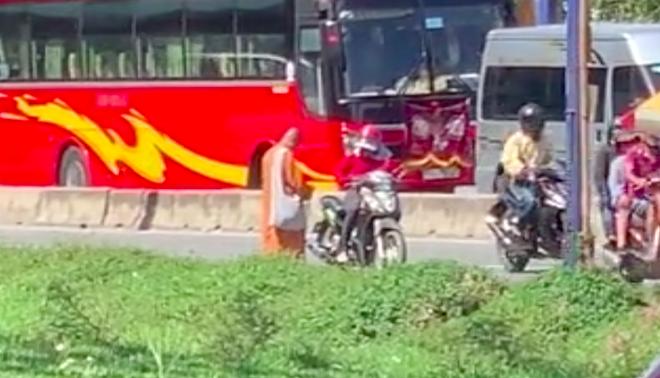 """Phẫn nộ hình ảnh 2 người phụ nữ nằm phè phỡn"""" đếm tiền, chăn dắt"""" trẻ em và nhóm giả tu hành đi ăn xin ở Sài Gòn-1"""