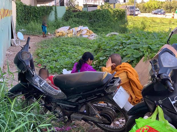 """Phẫn nộ hình ảnh 2 người phụ nữ nằm phè phỡn"""" đếm tiền, chăn dắt"""" trẻ em và nhóm giả tu hành đi ăn xin ở Sài Gòn-6"""