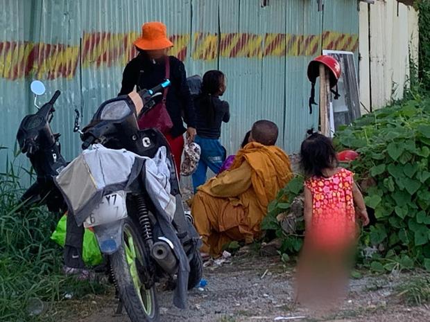 """Phẫn nộ hình ảnh 2 người phụ nữ nằm phè phỡn"""" đếm tiền, chăn dắt"""" trẻ em và nhóm giả tu hành đi ăn xin ở Sài Gòn-7"""