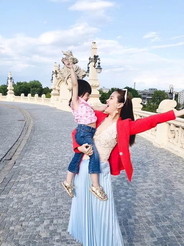Á hậu Thanh Tú, Hoa hậu Hà Kiều Anh thiêu đốt bãi biển với bikini-9