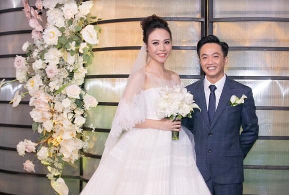 Đám cưới Cường Đô La và Đàm Thu Trang: Cô dâu diện váy cưới khoe vai trần cực xinh đẹp bên chú rể điển trai, dàn khách mời đổ bộ-1