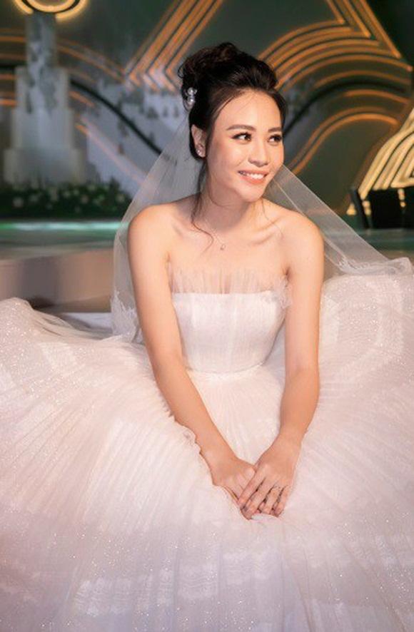 Đám cưới Cường Đô La và Đàm Thu Trang: Cô dâu diện váy cưới khoe vai trần cực xinh đẹp bên chú rể điển trai, dàn khách mời đổ bộ-8