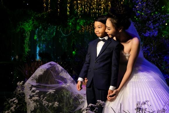 Hình ảnh đẹp nhất trong đám cưới Cường Đô La: Đàm Thu Trang diện váy cô dâu hôn má con trai riêng của chồng - bé Subeo cực đáng yêu-1