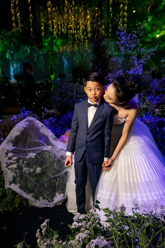 Hình ảnh đẹp nhất trong đám cưới Cường Đô La: Đàm Thu Trang diện váy cô dâu hôn má con trai riêng của chồng - bé Subeo cực đáng yêu-2