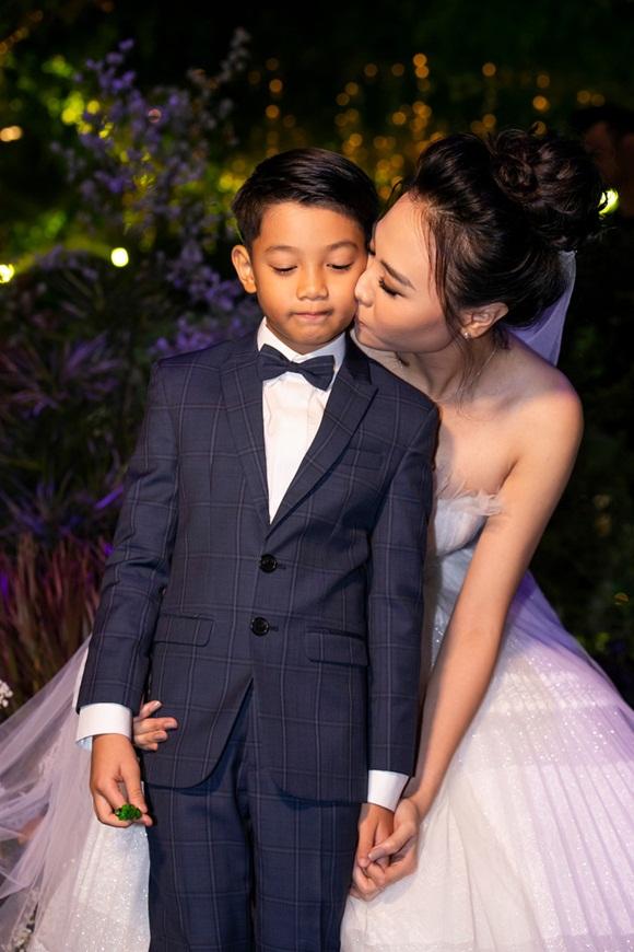 Hình ảnh đẹp nhất trong đám cưới Cường Đô La: Đàm Thu Trang diện váy cô dâu hôn má con trai riêng của chồng - bé Subeo cực đáng yêu-3