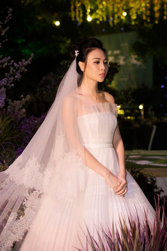 Hình ảnh đẹp nhất trong đám cưới Cường Đô La: Đàm Thu Trang diện váy cô dâu hôn má con trai riêng của chồng - bé Subeo cực đáng yêu-5