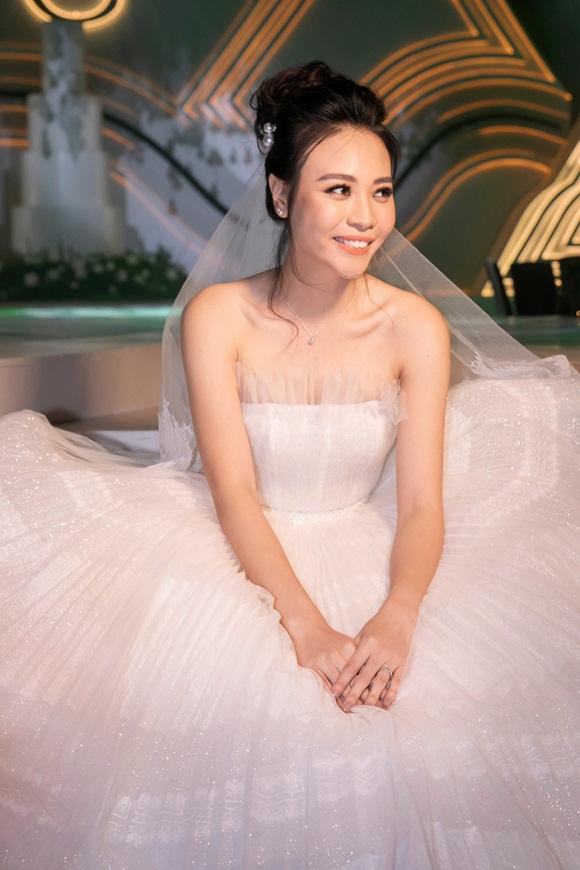 Hình ảnh đẹp nhất trong đám cưới Cường Đô La: Đàm Thu Trang diện váy cô dâu hôn má con trai riêng của chồng - bé Subeo cực đáng yêu-6