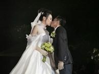 Cường Đô la bật khóc, Đàm Thu Trang diện váy cưới kín đáo, hạnh phúc khoá môi chú rể trong ngày trọng đại