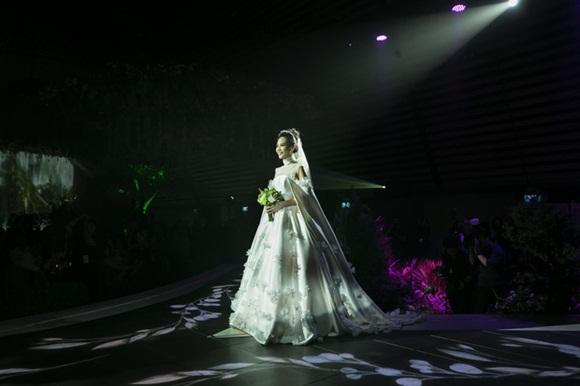 Cường Đô la bật khóc, Đàm Thu Trang diện váy cưới kín đáo, hạnh phúc khoá môi chú rể trong ngày trọng đại-1